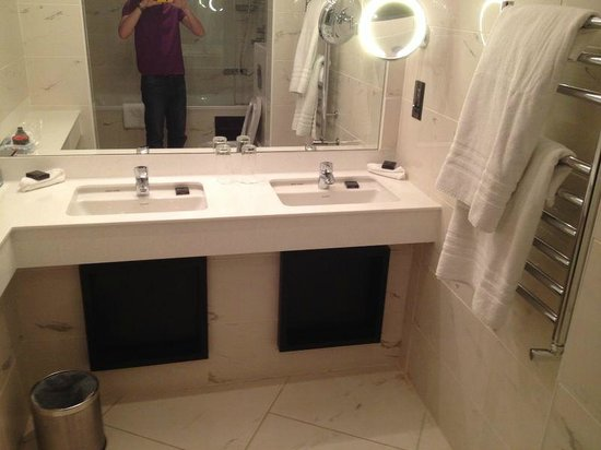 Hampton Hotel: His and hers sinks