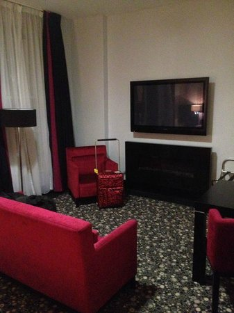 Hampton Hotel: Massive TV and electric fire