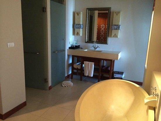 Rawai Palm Beach Resort : L'entrée donne directement sur l'espace bain