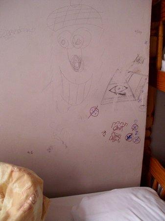 Acacia Hostel: počmárané a špinavé stěny