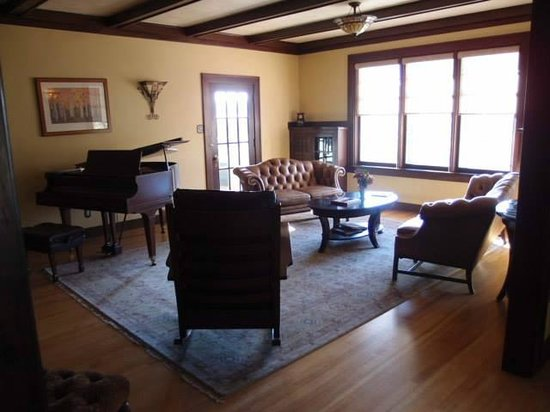 The Golden Leaf Inn: living room