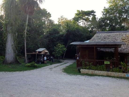 Hotel Jaguar Inn Tikal: Camping off the restaurant at Jaguar Inn, Tikal