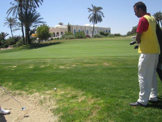 Djerba Golf Club: Le Club House depuis le bunker du 9-La Mer.