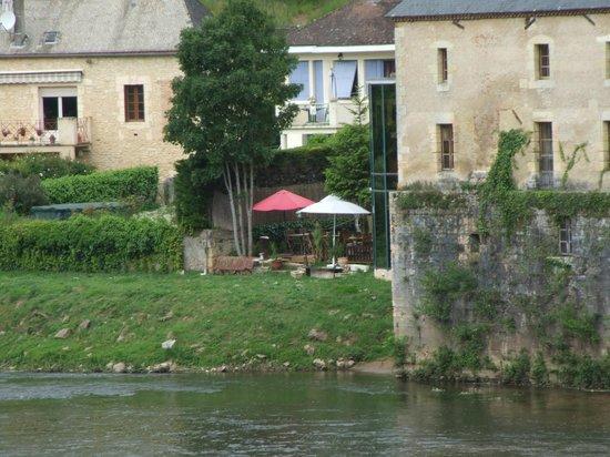 Le Pha : Photo de la terrasse prise du pont au dessus de la Vézère.