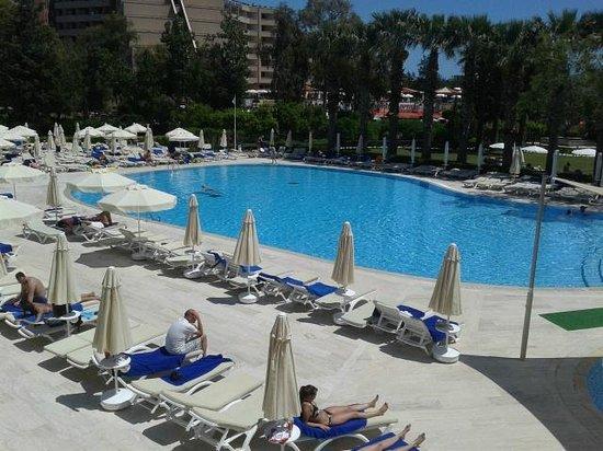 Maritim Hotel Saray Regency : piscine extérieure côté bâtiment annexe