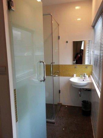Citin Hotel Masjid Jamek: clean bathroom.