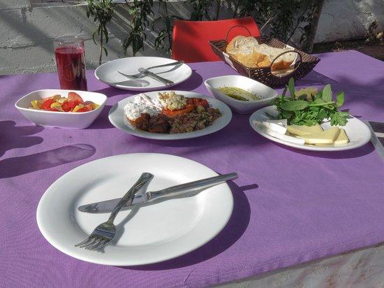 Ozbay Hotel : A nice dish of mixed appetizers (mezze) eaten outside in the garden