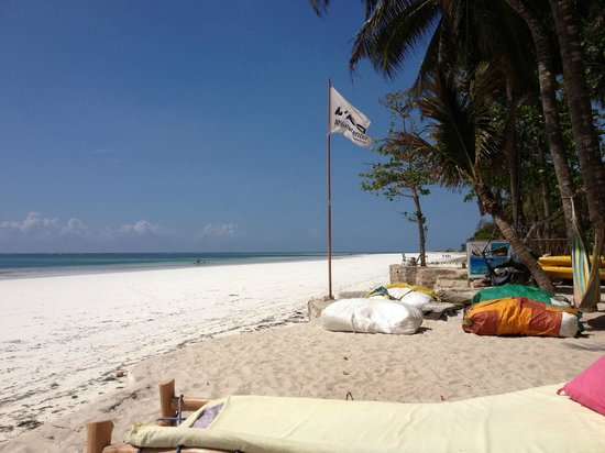 Kenyaways Beach Bed & Breakfast: Hotel sun beds by the beach