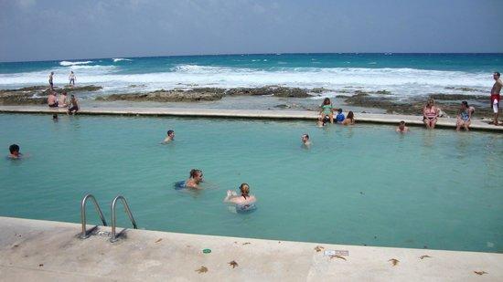Grand Palladium Colonial Resort & Spa : Beach area 2011, Salt water pool