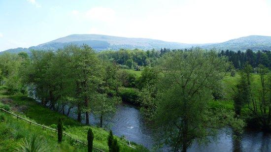 Llanwenarth Hotel & Riverside Restaurant : Beside the River Usk...