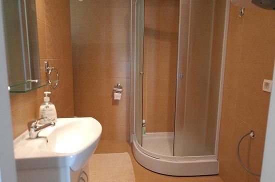 Agape Apartments: душ