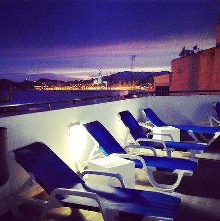 Hotel Centro Mar: Anochecer en el ático del hotel, donde está la piscina y el cóctel bar.