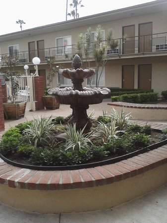 Americas Best Value Inn & Suites: Fountain in the courtyard