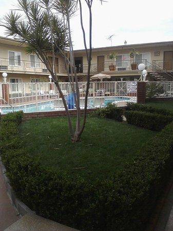 Americas Best Value Inn & Suites: Beautiful grounds!!!!!
