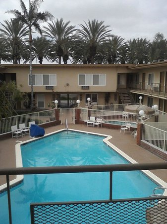 Americas Best Value Inn & Suites: The lovely courtyard, pool and spa...