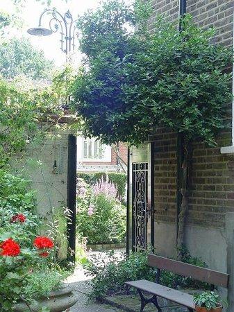 Hampstead Village Guesthouse: Back Gate