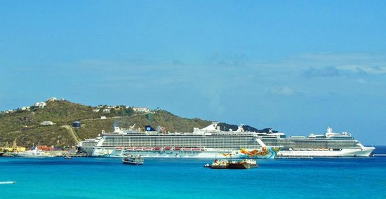 Divi Little Bay Beach Resort : Cruise Ships in the bay