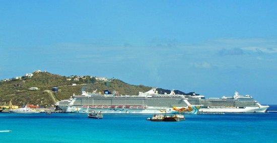 Divi Little Bay Beach Resort: Cruise Ships in the bay