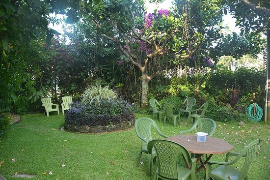 Garden Island Inn: SIDE PEACEFUL GARDEN