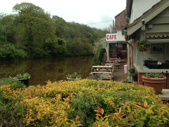 Chainbridge Riverside Retreats: On site cafe and river