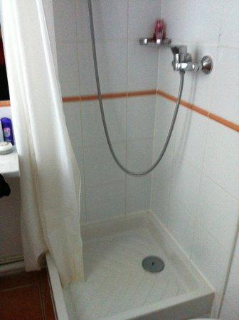 Ibis Styles Paris Eiffel Cambronne : Dangerous shower stall
