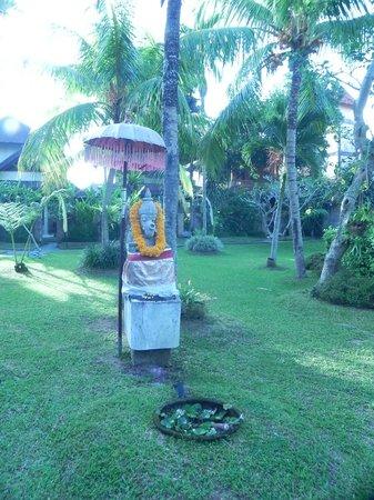 Kertiyasa Bungalow: Ganesha just before the pool