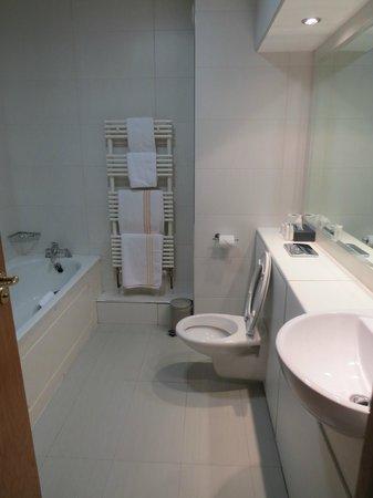 Lady Gregory Hotel: Bathroom