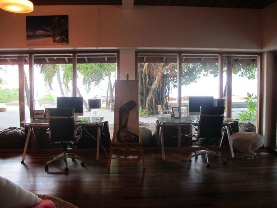 Huvafen Fushi Maldives: Ordenadores a disposición del cliente