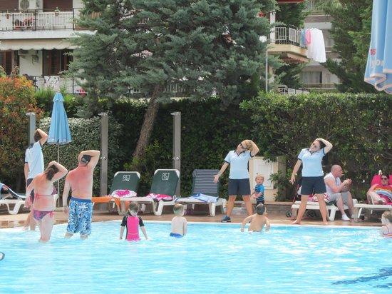 Family Life Avenida Suites: Entertain team doing there stuff