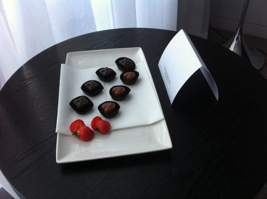The Spencer Hotel Dublin IFSC: Treats left for us in our room!