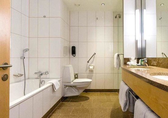 Clarion Hotel Copenhagen Airport : Our bathroom, also very clean
