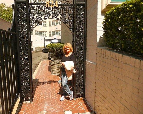 George Washington University Inn : Walking to the Hotel area.