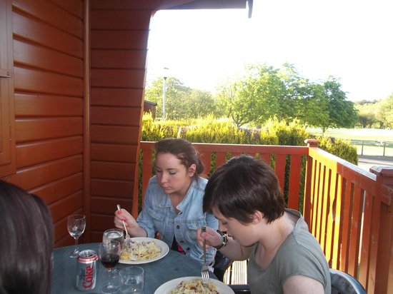 Lochy Holiday Park : dining outside