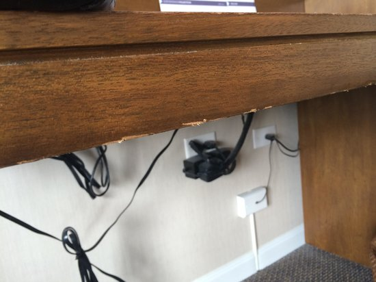 Hyatt Regency Mission Bay : Splinters on desk