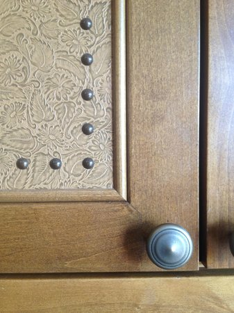 Four Seasons Resort and Residences Jackson Hole: Leather detailing on the Room cabinetry