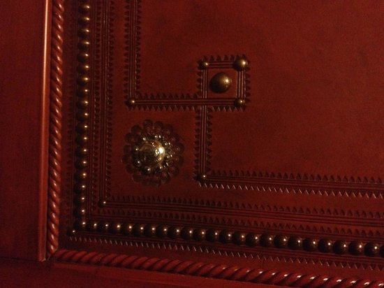 Four Seasons Resort and Residences Jackson Hole: Leather detailing on the Elevator walls
