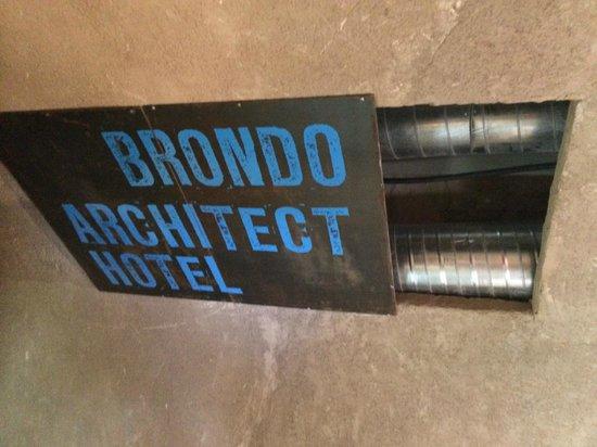 Brondo Architect Hotel: Installationsschacht mit zu kleiner Werbetafel