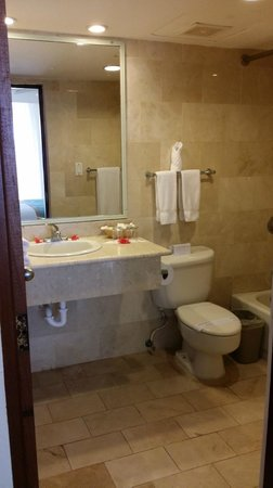VH Gran Ventana Beach Resort: The bathroom was a great size & very clean!
