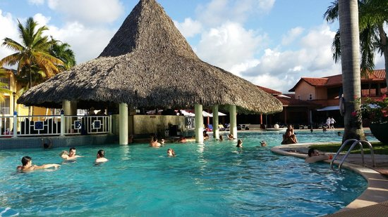 VH Gran Ventana Beach Resort: Swim up bar in middle of the pool, ideal for young couples & large groups of friends!