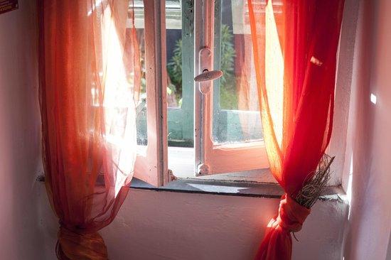 B&B Rifugio Uscio: Beautiful morning sunshine coming in