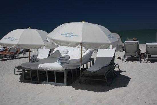 Edgewater Beach Hotel : heerlijke ligbedden, moest je wel extra voor betalen