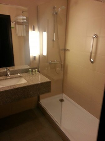 Courtyard St. Petersburg Center West/Pushkin Hotel: Salle de bains
