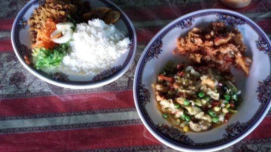 Plaza Bieu : saltfish, seafood salad, white rice and rice and peas