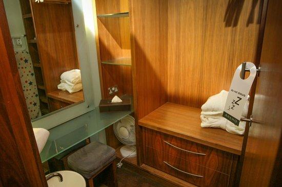 The Queen's Hotel: Ankleidezimmer im Zimmer