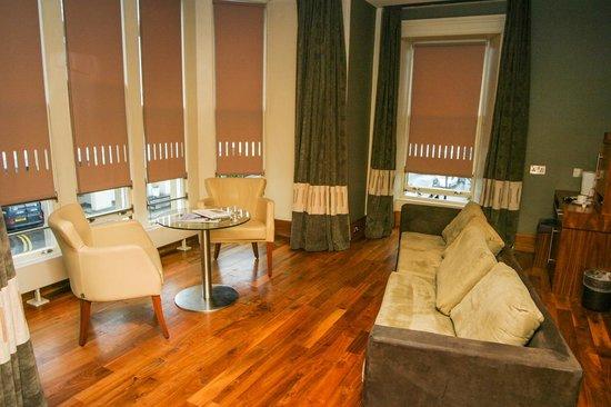 The Queen's Hotel: Die Sofa-Ecke im Zimmer