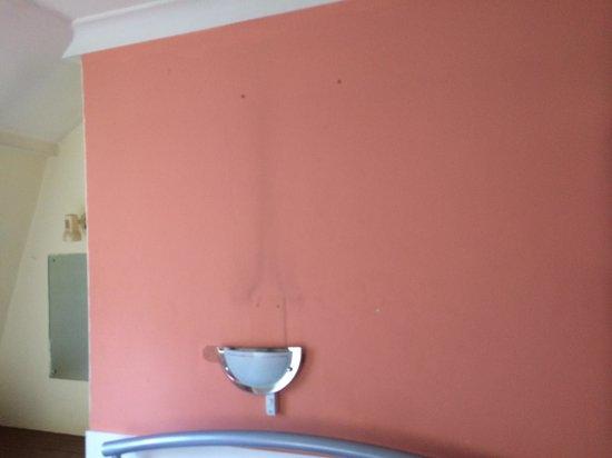 Gresham Hotel: Bedroom wall above bed