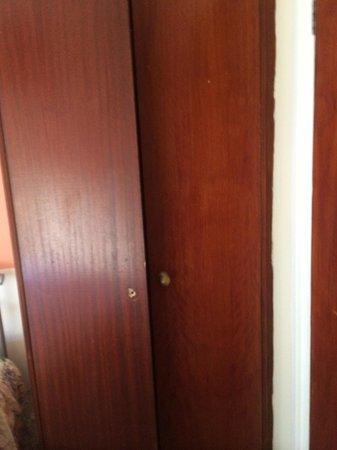 Gresham Hotel: Broken wardrobe