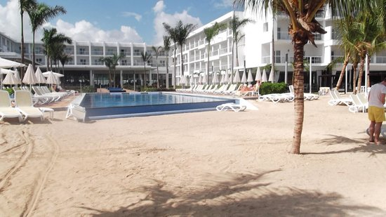 Hotel Riu Palace Jamaica: View from Beach to resort