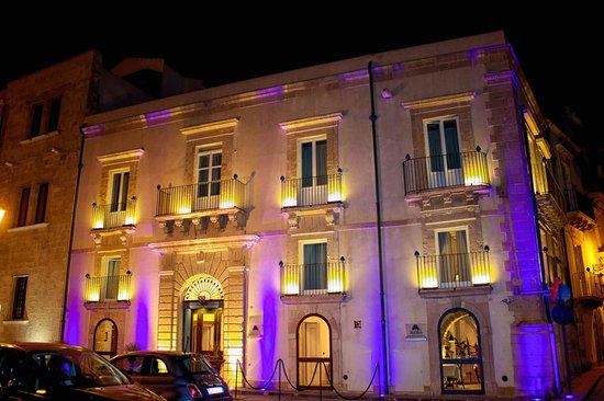 Algila Ortigia Charme Hotel: At night