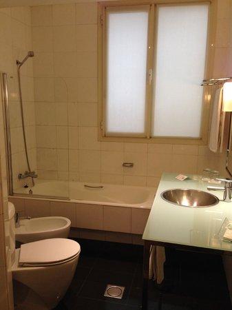 Quatro Puerta del Sol Hotel: Quatro-Bathroom
